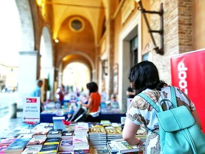 """A Passaggi Festival la libreria """"vista mare"""" di Librerie.coop"""